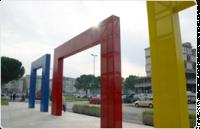 Gli archi colorati davanti al Palazzo Comunale