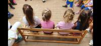 Bambine e bambini in una scuola d'infanzia